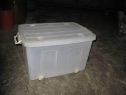 Nghèo, xài hàng rẻ, mua thùng nhựa đựng nước chứa độc chất