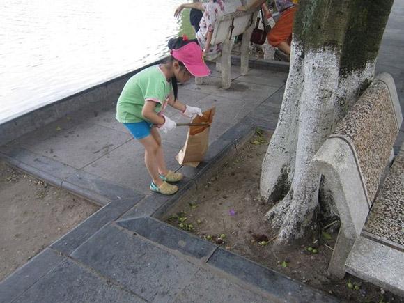 Bé gái và thùng rác đạp chân